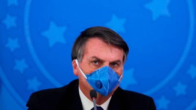 Nesta foto de arquivo tirada em 20 de março de 2020, o presidente do Brasil, Jair Bolsonaro, usa máscara facial durante uma conferência de imprensa sobre a pandemia de coronavírus COVID-19 no Palácio do Planalto, em Brasília.