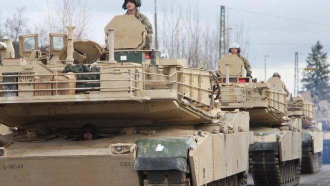 Veículos americanos participam de treinamento militar com forças da Europa para avaliação de prontidão e interoperabilidade em Hohenfels, Alemanha, 18 de janeiro de 2020