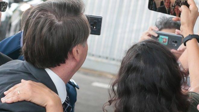Presidente Jair Bolsonaro faz selfie com apoiadora