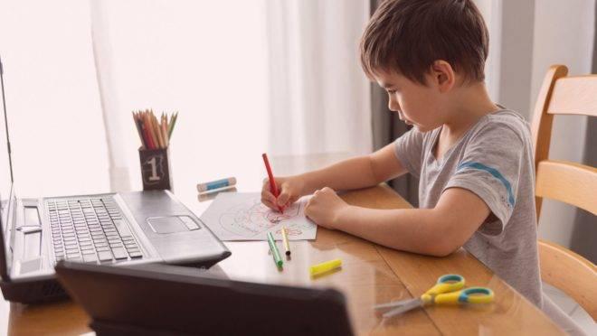 Para enfrentar o isolamento, pais e escolas fortalecem o diálogo e brincadeiras, como gincanas para encontrar objetos em casa