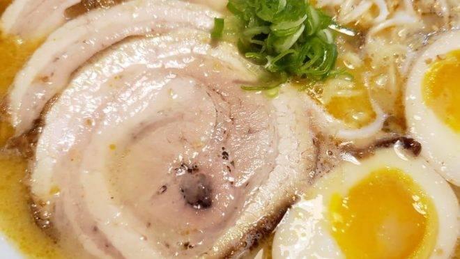 Tonkotsu lamen, por três dias em delivery da parceria entre o Izakaya Hyotan e o Fujii Cozinha Japonesa.