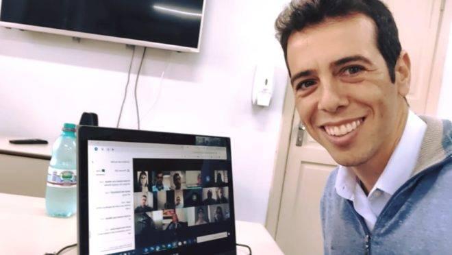 Renato Feder em teletrabalho durante a pandemia de coronavírus. Ele é cotado para assumir o MEC.
