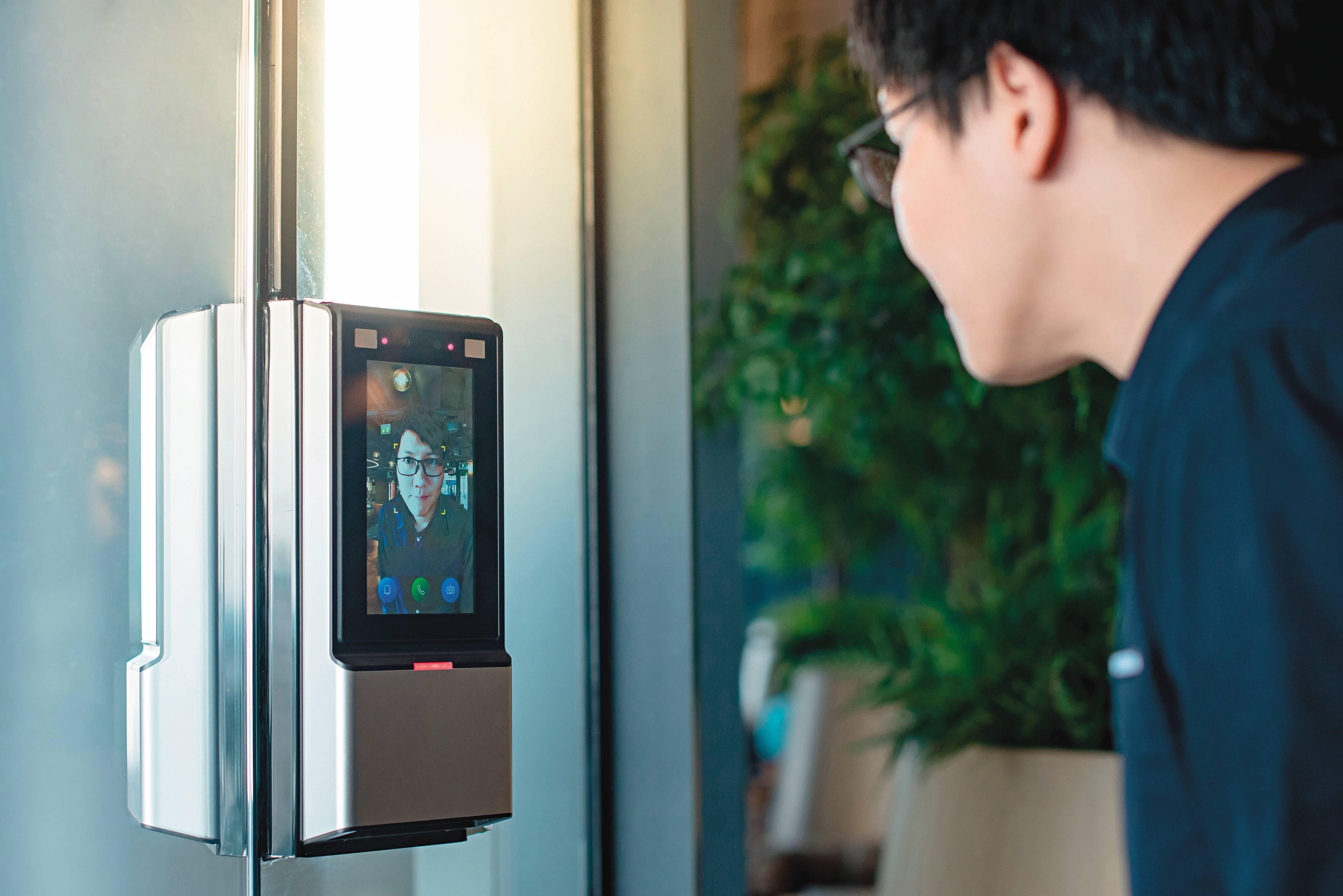 Reconhecimento facial é uma das apostas tecnológicas usadas na promoção de saúde. Na entrada dos empreendimentos e também nos espaços de uso comum, o aparelho evita o contato com objetos. Foto: Bigstock