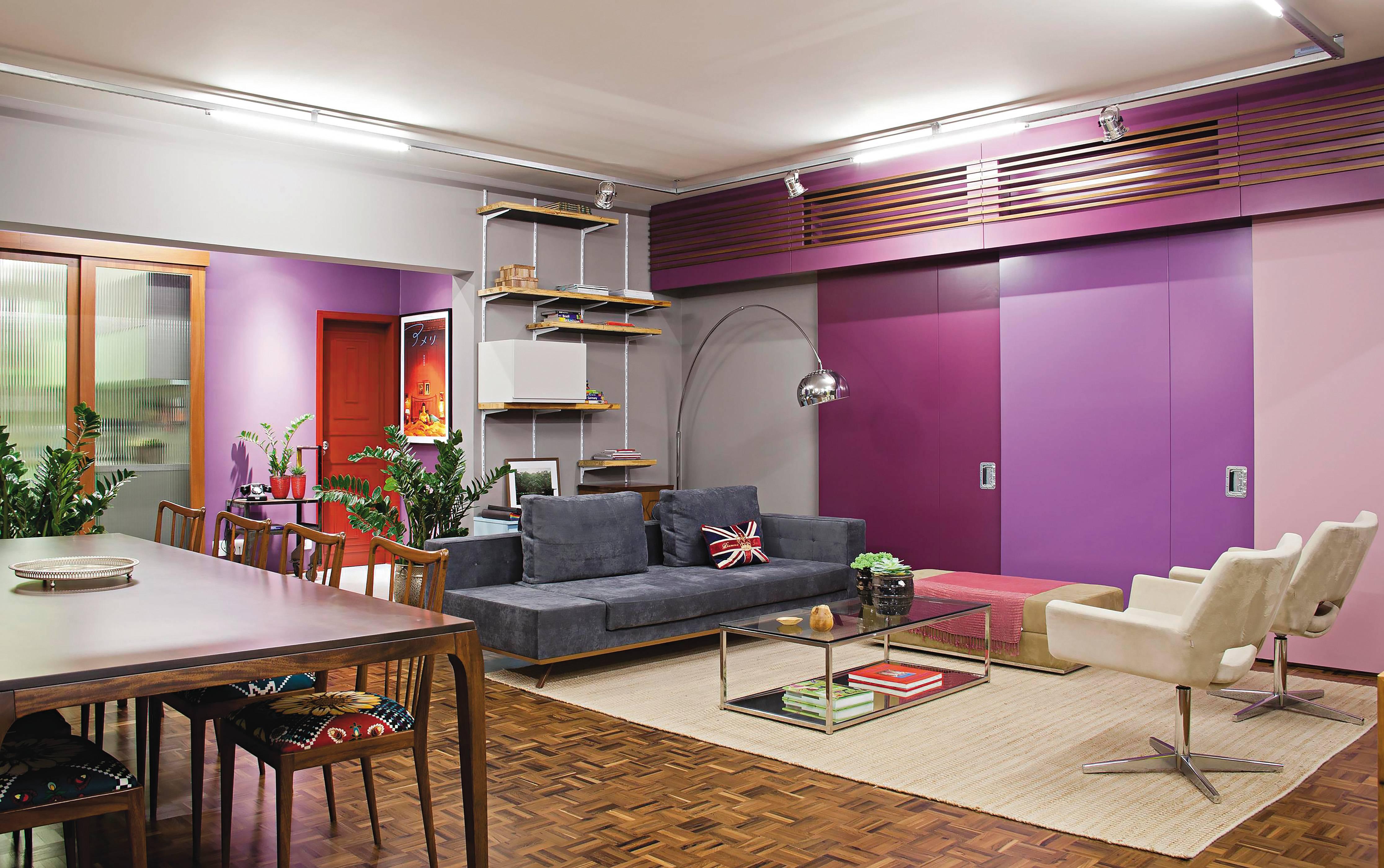 Paredes retráteis contornam o apartamento RO, projetado pelo SuperLimão Studio. Uma casa viva é flexível e se adapta conforme as necessidades dos moradores. foto: Maíra Acayaba