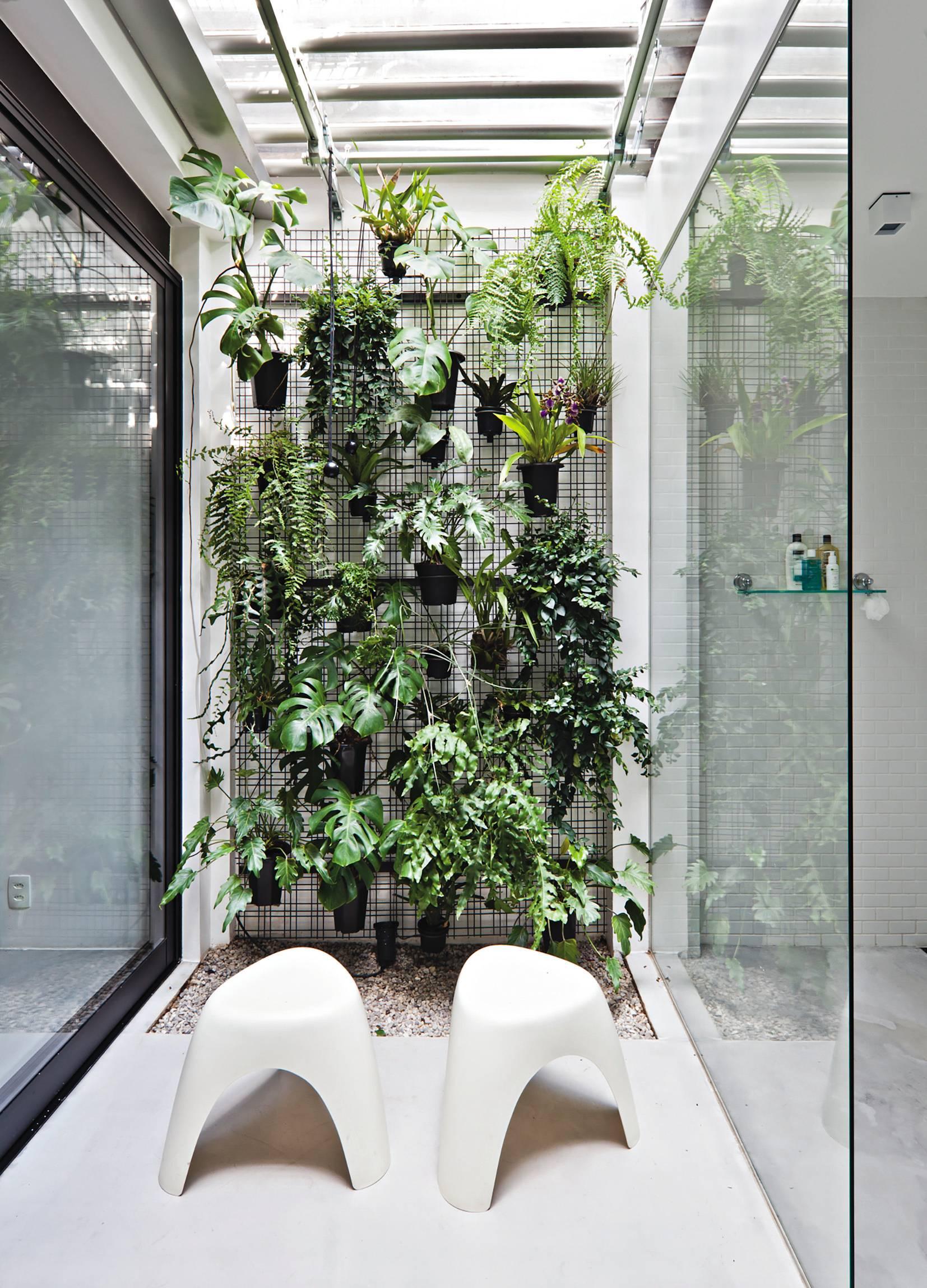 Banheiro integrado com quarto e jardim de inverno na Casa CA, do Superlimão Studio. Os banheiros não são mais apenas funcionais, mas verdadeiros espaços de bem-estar. Foto: Maíra Acayaba