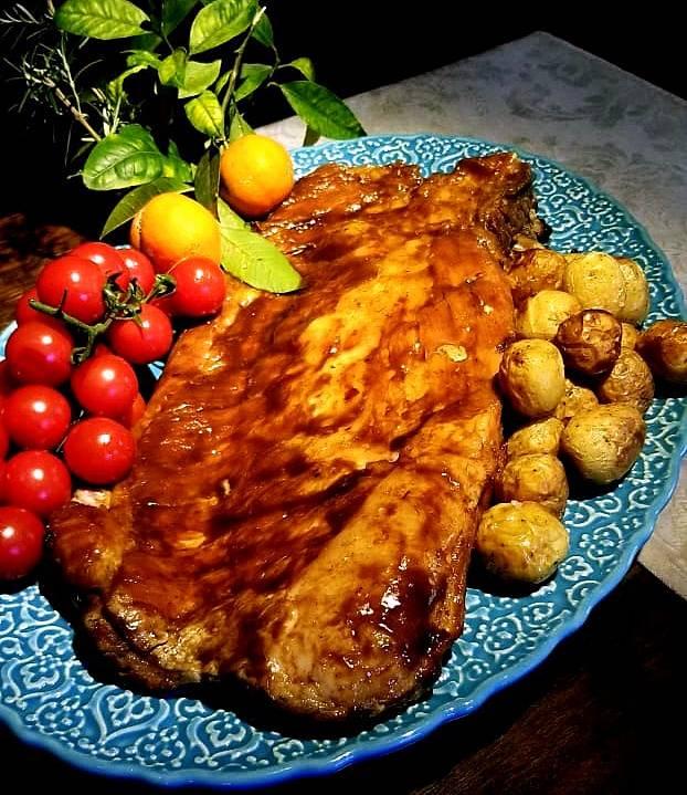 Costelinha de porco 12 horas de forno à lenha com molho barbecue e limão caipira. Do delivery do Armazém Santo Antonio.