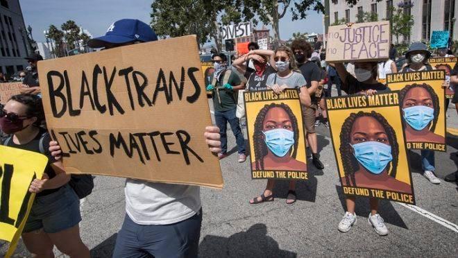 """Protestos do grupo """"Black Lives Matter"""" nesta quarta-feira (24): grupo quer o fim do financiamento da polícia."""