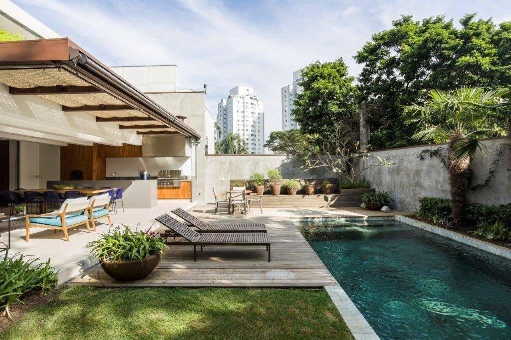 Remoção de pilar e inversão da piscina garantiram melhor aproveitamento dos espaços externos. Foto: Ricardo Bassetti