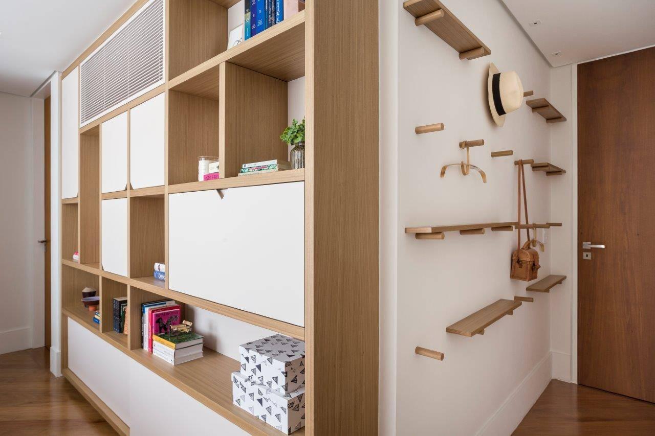 Cabideiro e prateleiras são solução na entrada do quarto. Foto: Ricardo Bassetti