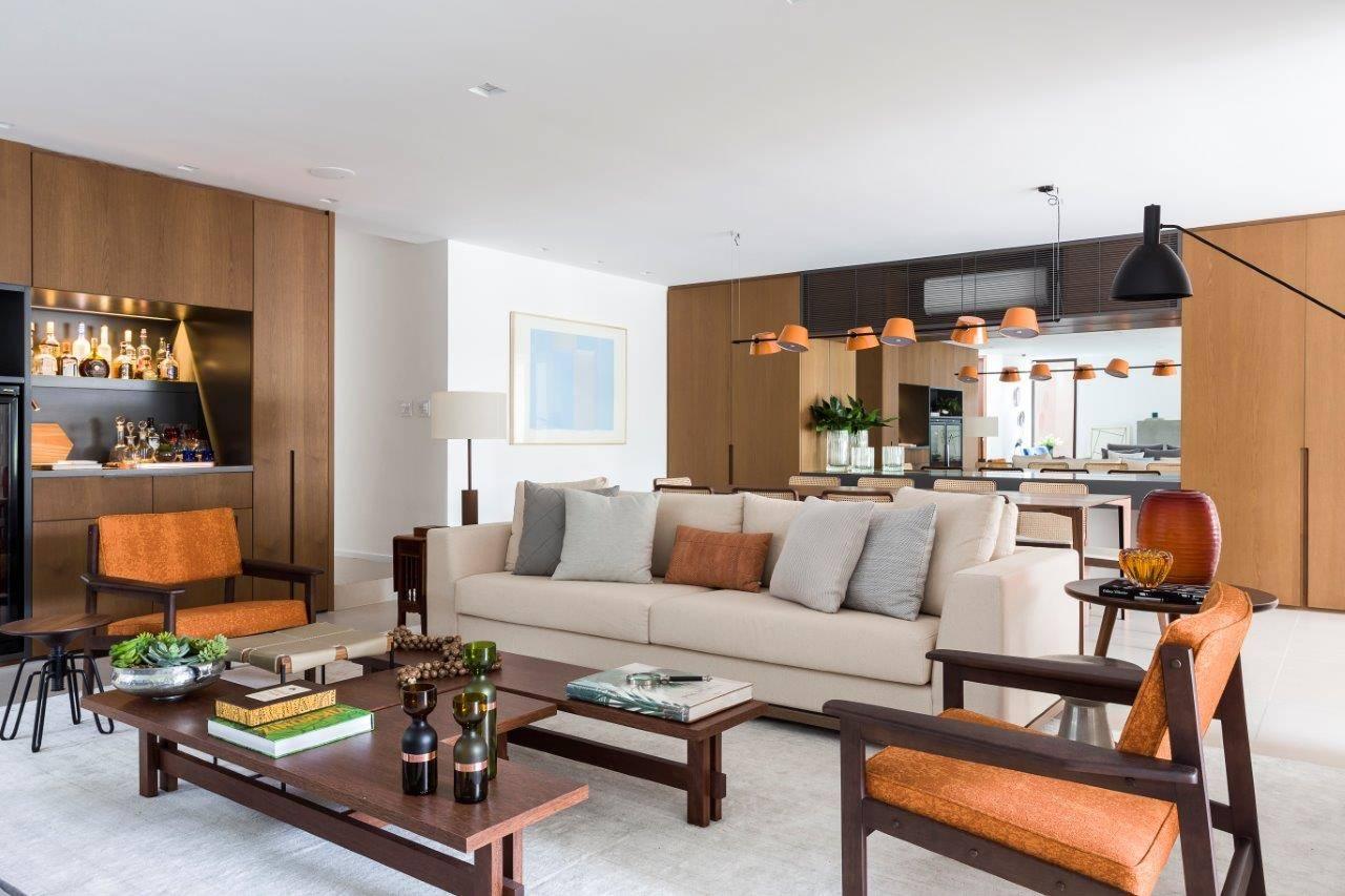 Living integra salas de estar, jantar, lareira e TV para receber convidados com conforto. Foto: Ricardo Bassetti