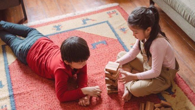 Os conceitos de brincar e jogar são diferentes e funcionam melhor quando aplicadas na fase certa do desenvolvimento da criança