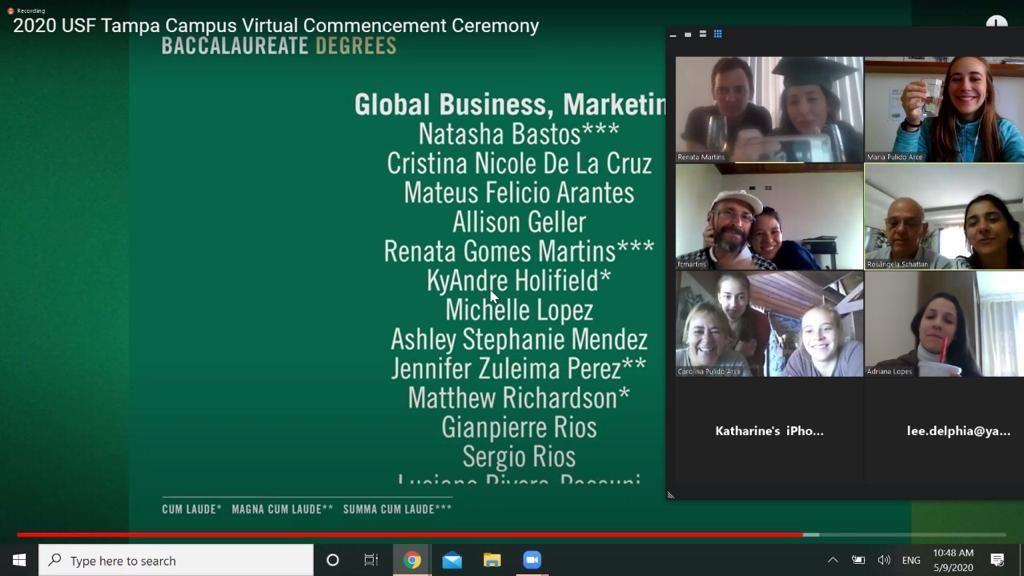 Renata Gomes Martins (de capelo e beca, no canto superior direito, foto da esquerda), conectada à família durante cerimônia de formatura online em 09/05/2020. Print da tela   Arquivo pessoal Renata Martins