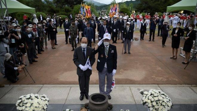 Veteranos de guerra participam de cerimônia que marcou os 70 anos di início da Guerra da Coreia, no Memorial de Guerra Baengmagoji em Cheorwon, perto da Zona Desmilitarizada