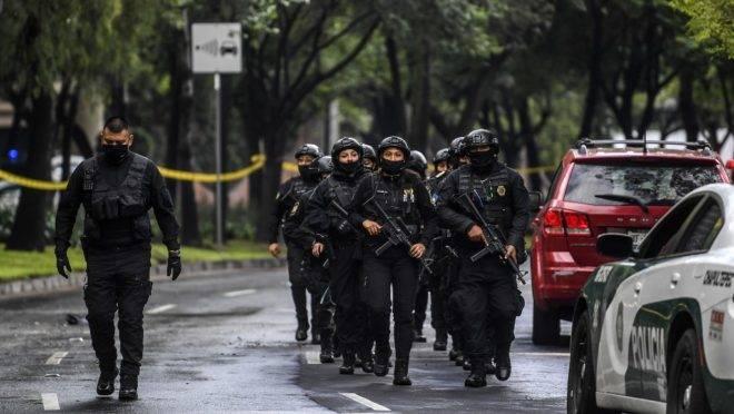 Policiais são mobilizados após atentado contra o chefe da polícia da Cidade do México, Omar García Harfuch, 26 de junho de 2020