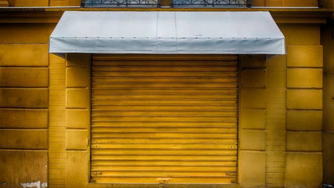 Portas de comércio fechadas