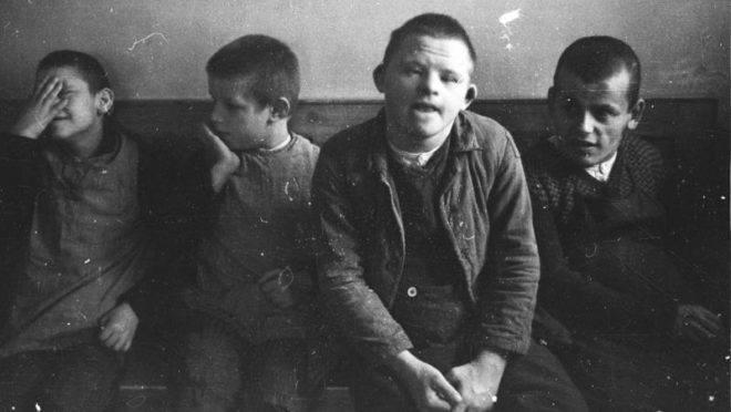 Crianças internadas no hospital psiquiátrico de Schönbrunn, na Alemanha,