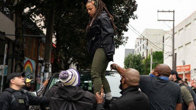 Manifestantes bloqueiam um carro de equipe de televisão em frente à zona ocupada de protestos de Seattle, horas após um tiroteio que deixou um morto e um ferido no mesmo local, 29 de junho de 2020