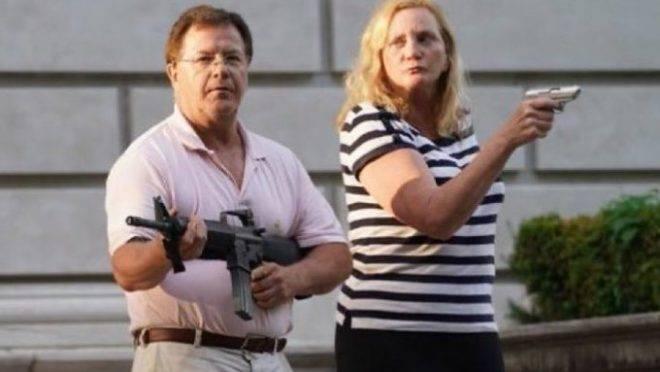 """Casal """"porreta"""": advogados americanos mostram armas para defender propriedade de invasores – Gazeta do Povo"""