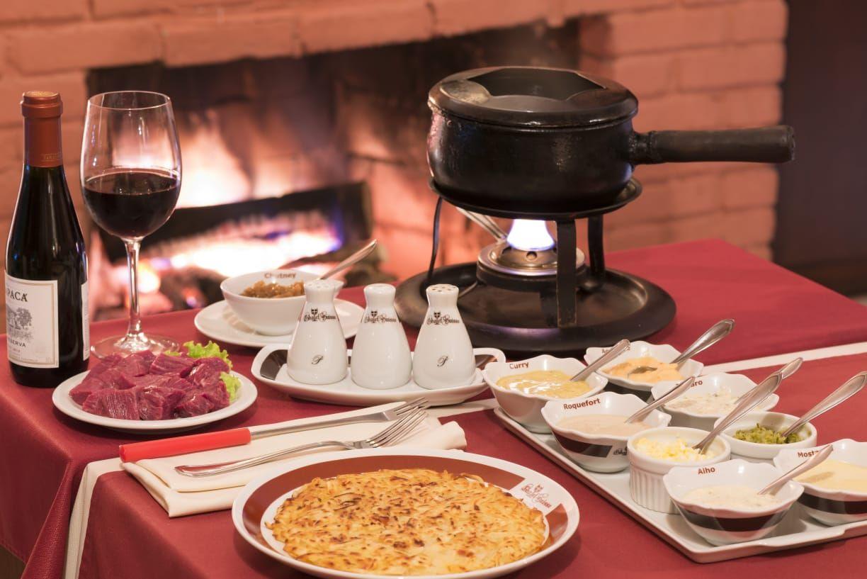 O fondue chinoise do Chalet Suisse tem molhos com toques orientais. Foto: Divulgação