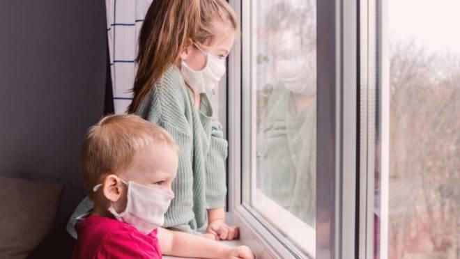 Crianças podem se sentir assustadas e podem não querer fazer uso da máscara caseira. Confira algumas dicas!