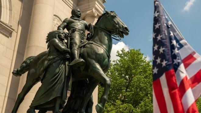 Manifestação realizada em Nova York para apoiar a estátua de Teddy Roosevelt