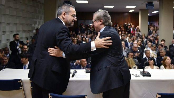 Os ex-ministros da Educação Abraham Weintraub e Ricardo Vélez Rodríguez entra e sai prejudica ações do MEC