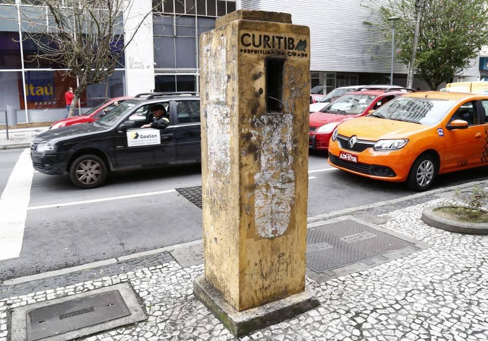 Dezenas de totens foram instalados pelo governo Lerner no final dos 90, mas não resistiram ao vandalismo