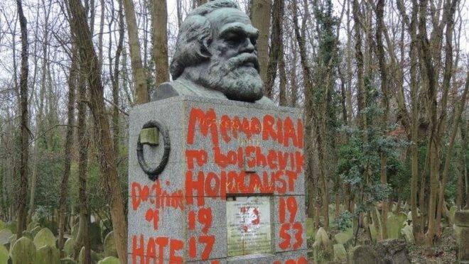 Túmulo de Karl Marx é visto após novo ataque de vândalos, no cemitério de Highgate, em Londres