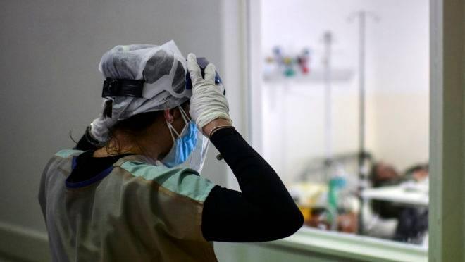 Profissionais de saúde que estão na linha de frente do combate ao coronavírus também se contaminam, mas números oficiais são imprecisos.