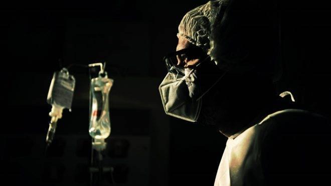 Médico checa medicação de paciente da Covid-19 em Niterói: Brasil pode ter alcançado o platô de mortes sem estabilização da doença.