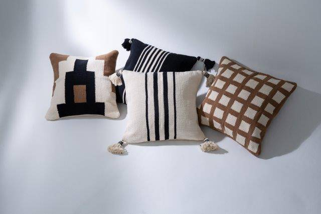 Almofadas tecidas pelas artesãs que integram as associações de artesanato. Foto: divulgação