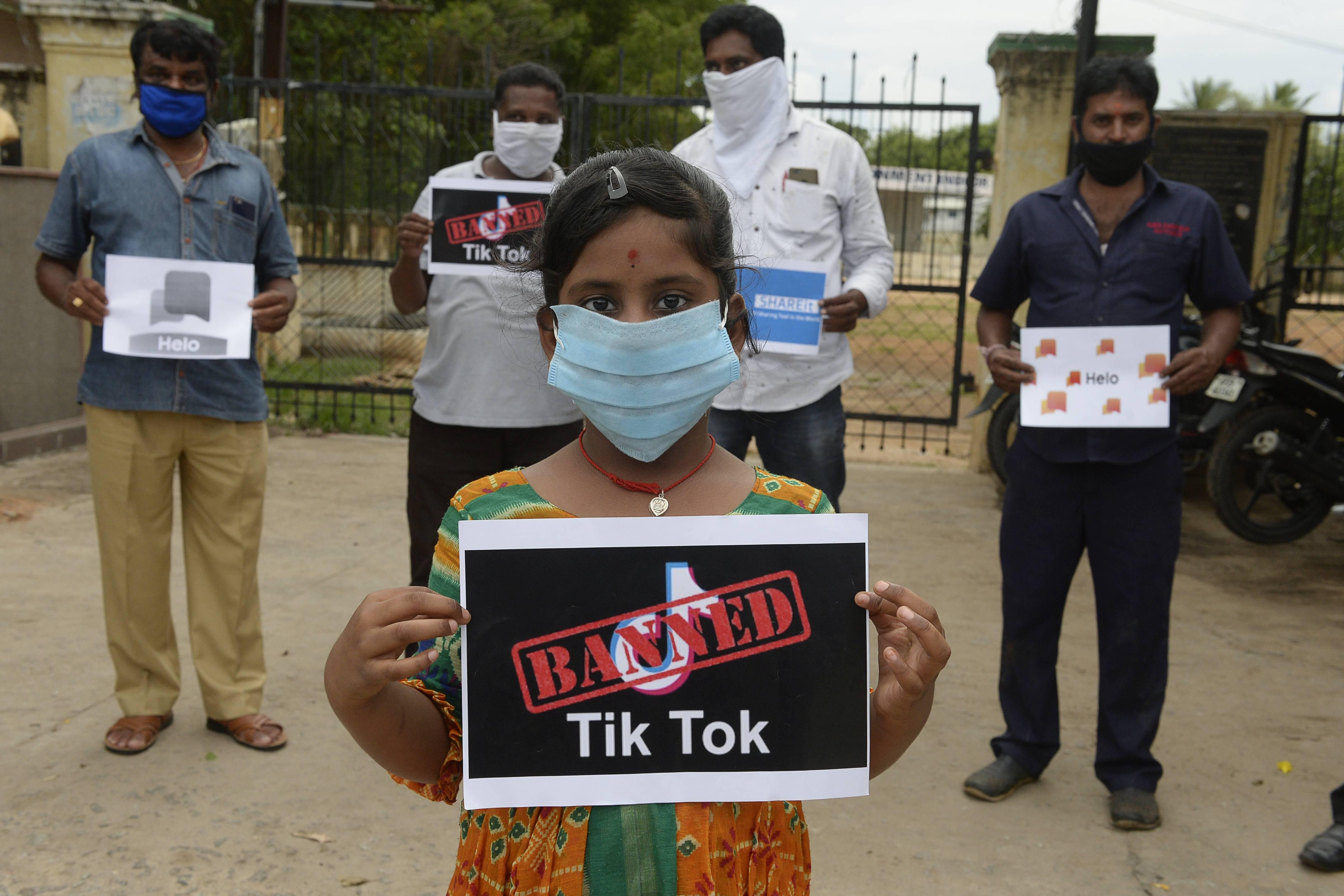 Membros da City Youth Organisation apoiam a proibição da rede social TikTok na Índia   Foto: NOAH SEELAM / AFP