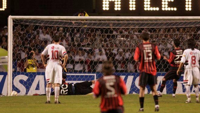 Fabrício manda a bola na trave de Rogério Ceni.