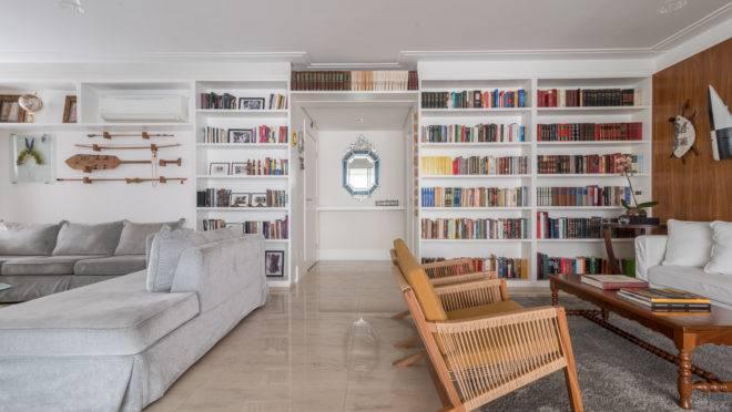 O apartamento projetado por Isabella Nalon abriga as paixões do morador por livros, viagens e peças de afeto.