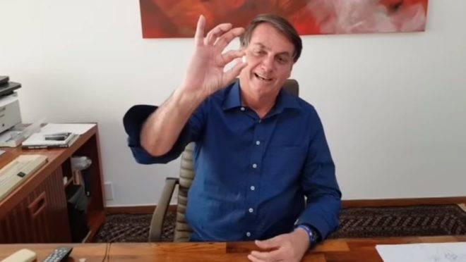 Diagnosticado com Covid-19, Bolsonaro publica vídeo tomando cloroquina