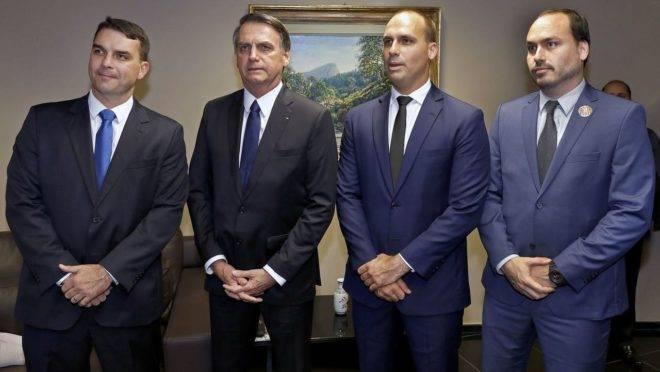 Jair Bolsonaro com seus filhos Flávio, Eduardo e Carlos: funcionários dos gabinetes da família estariam por trás de rede de fake news banida nesta quarta-feira (8) pelo Fecebook.