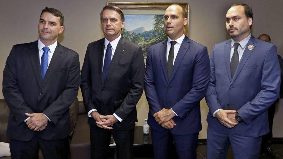 Assessores da família Bolsonaro usavam contas falsas, diz Facebook. Entenda a acusação