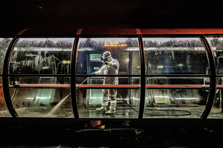 Estação-tubo de Curitiba passa por desinfecção