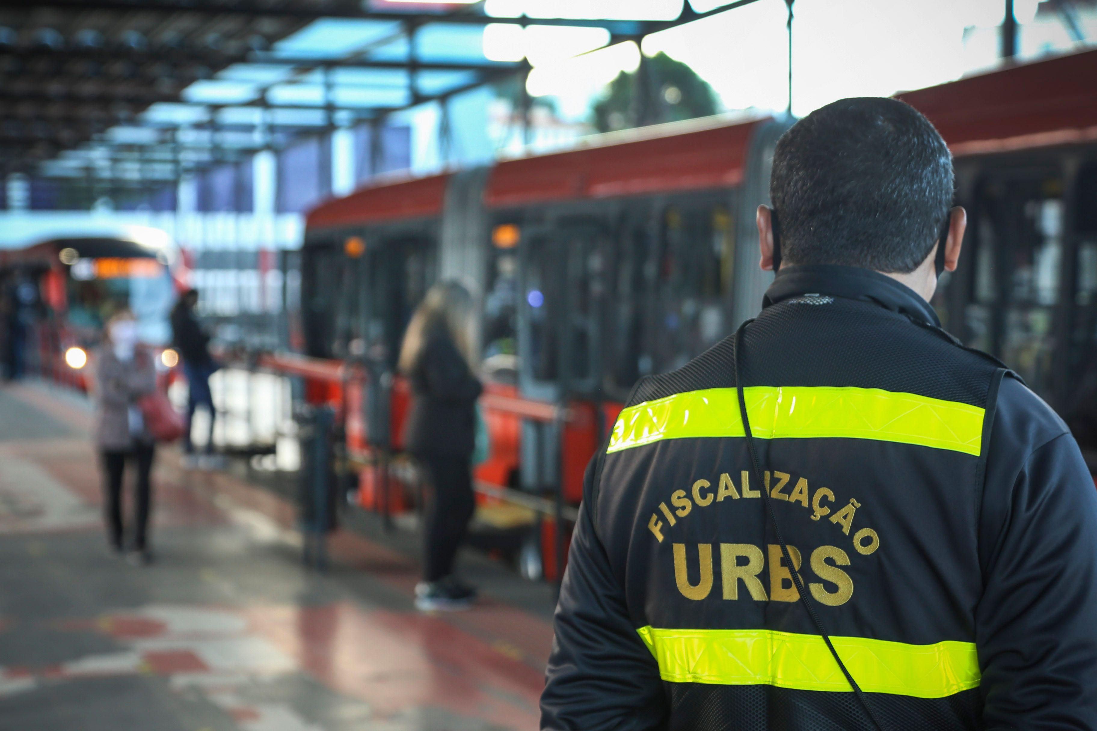 Fiscalização da Urbs em terminais de Curitiba