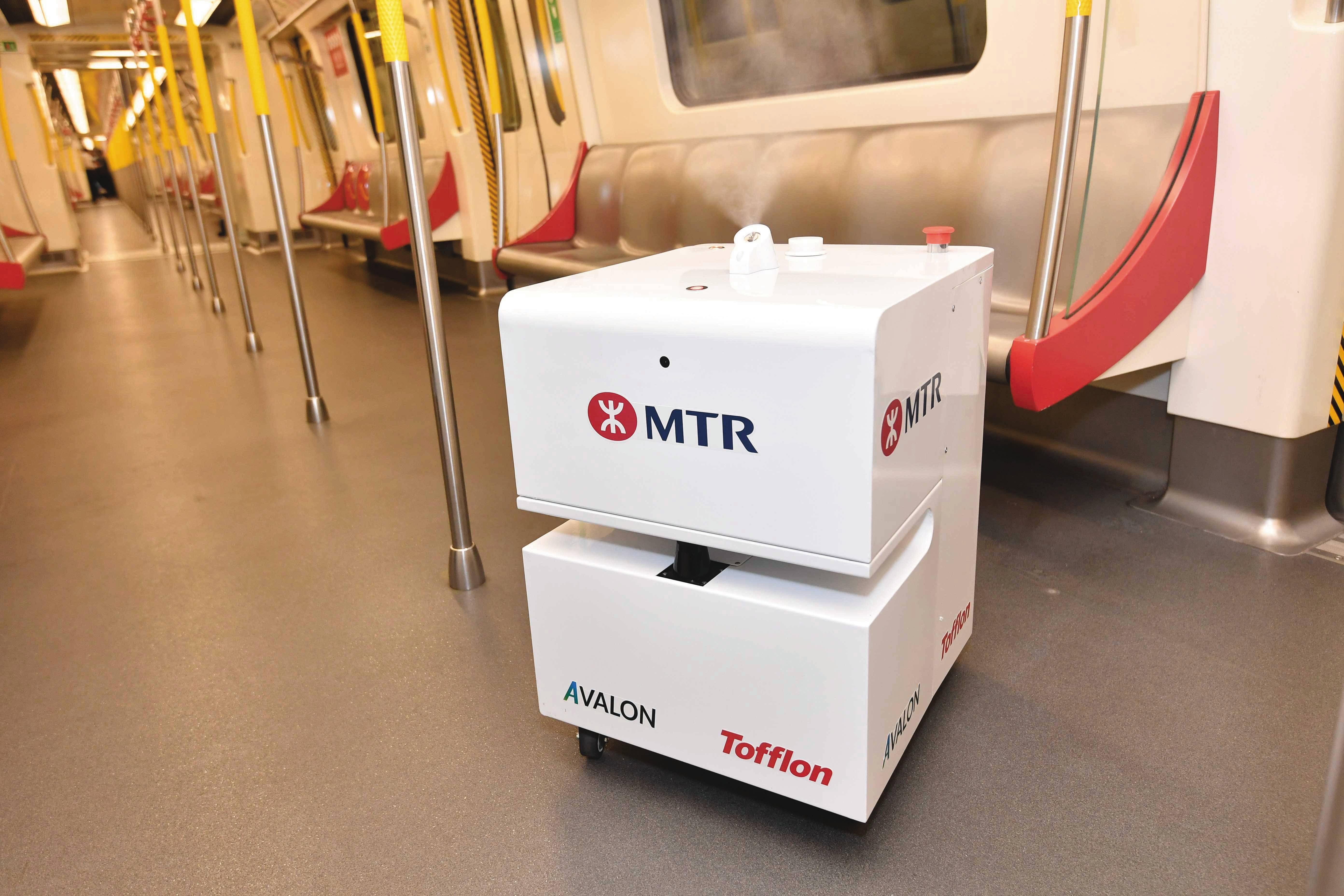 Operadora de transporte chinesa implantou robôs para fazer a higienização dos veículos.
