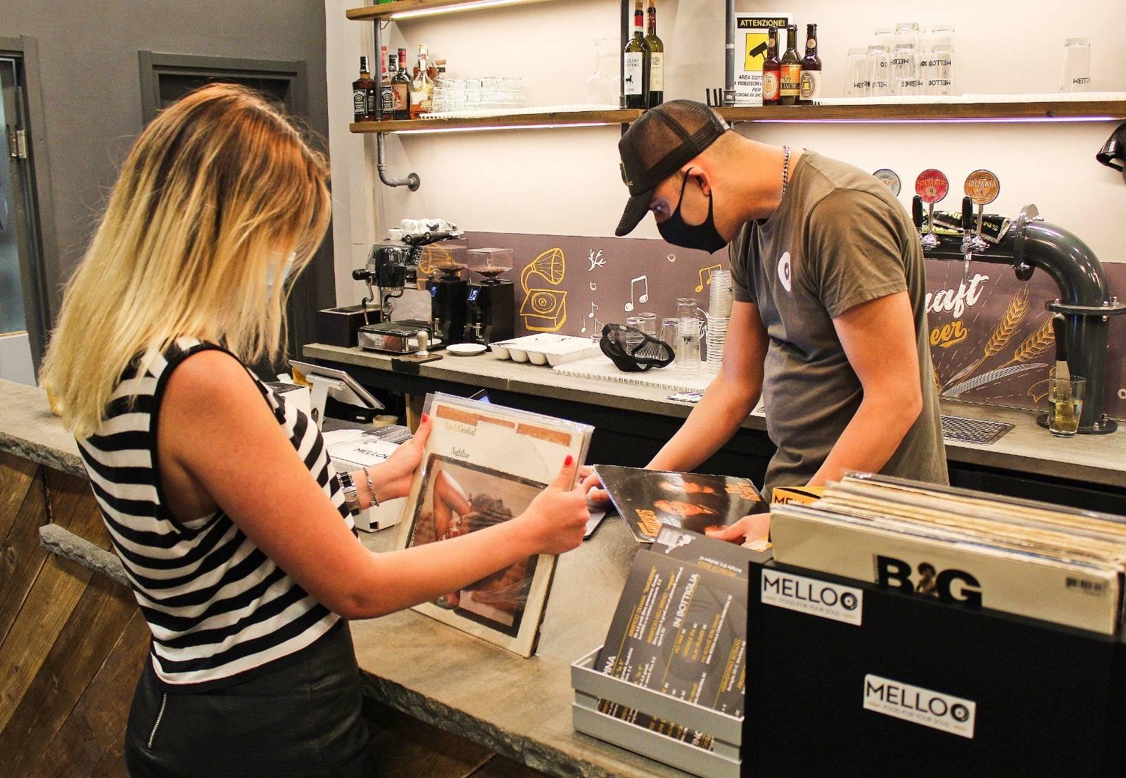 O cliente pode pagar a conta com um disco de vinil