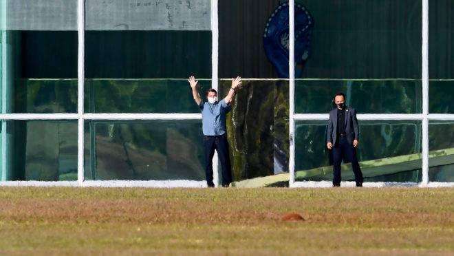 O presidente Bolsonaro caminhando do lado de fora do Palácio do Alvorada, em foto de 9 de julho: com diagnóstico de Covid-19, presidente tem permanecido na residência oficial.