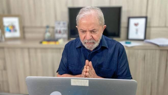 Lula: não se deixe enganar pelo gesto. Não, ele não está pedindo perdão.