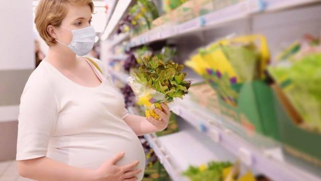 O bebê teve uma inflamação no cérebro poucos dias após o nascimento, condição provocada após o vírus atravessar a placenta