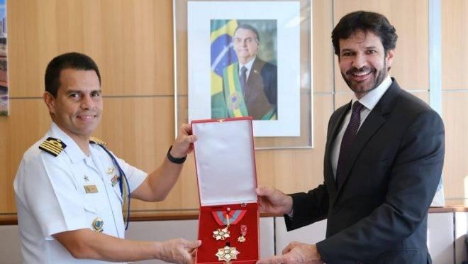 Ministro Marcelo Álvaro Antônio recebe a Ordem do Mérito Naval da Marinha: medalhas militares são usadas para homenagear políticos e juízes.