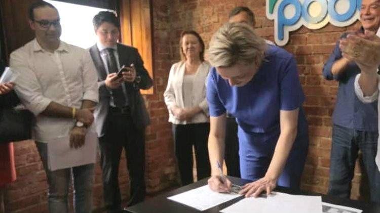 Caroline Arns assina ficha de filiação ao Podemos