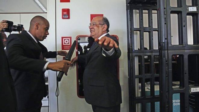 """Ministro Gilmar Mendes disse que Exército se associa a um """"genocídio"""" ao ocupar os principais postos do Ministério da Saúde em meio à pandemia de Covid-19."""