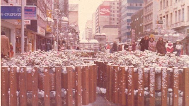 Floreiras na Rua XV de Novembro, em Curitiba, durante neve de 1975.