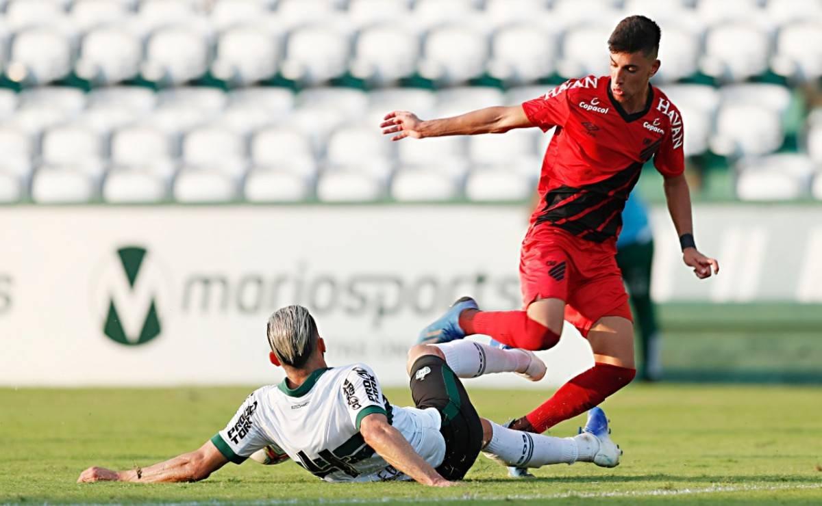 Na última rodada, o Coritiba goleou o Athletico, garantiu a liderança da primeira fase e jogou o rival para terceiro.