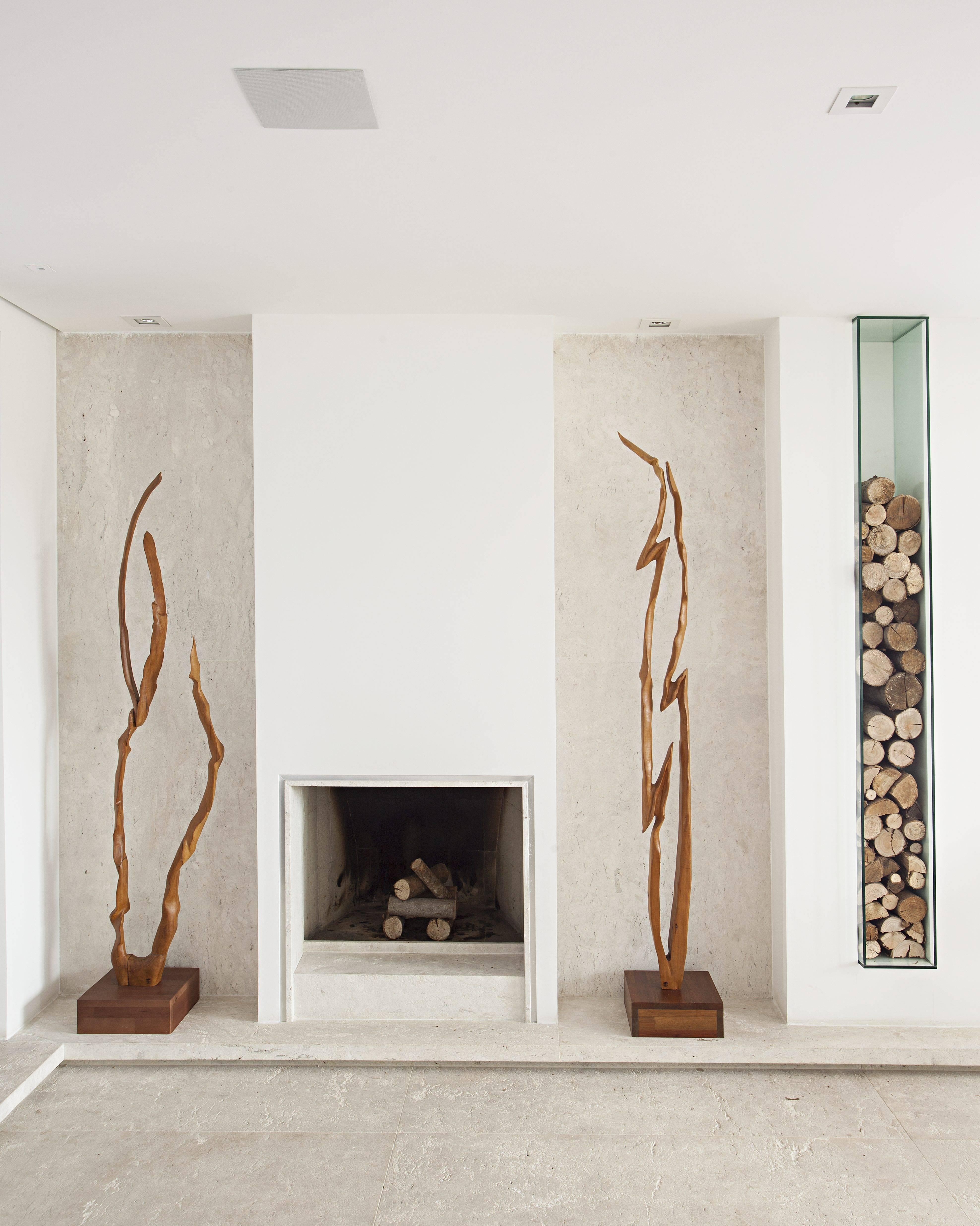 No projeto assinado por Ieda Korman, do escritório Korman Arquitetos, a lareira tradicional ganhou um nicho com fechamento específico para guardar as lenhas com a reforma. Foto: Gui Morelli